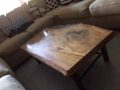 жкрнальный столик из натурального дерева. Слэб карагача в интерьере частного дома.